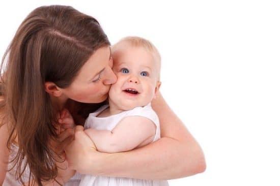 maman qui embrasse sa petite fille